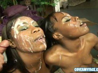 Vrouwen zuigen dicks en krijgen sperma op hun gezicht