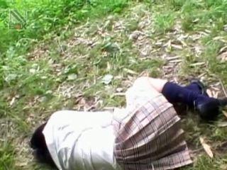Fragile azjatyckie uczennica getting brutally fucked na zewnątrz