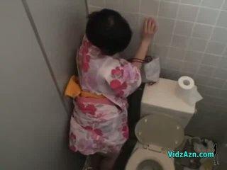 Aziatisch meisje in kimono geneukt van achter sperma naar bips in de toilette