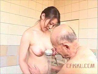 Maki tomoda oud man en milf 2
