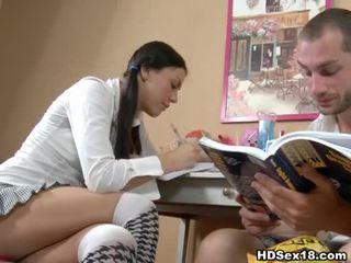 Jaunas brunetė turns studying į karštas seksas