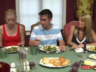 Äitipuoleni jacks pois pojat alle the pöytä