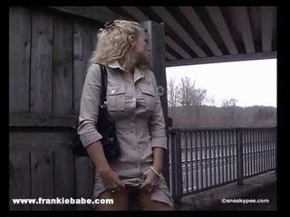 Kinky blondine babe has een echt fetisj voor urineren in publiek