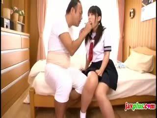 Giapponese innocent studentessa seduced da vecchio brutto zio