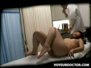 Spion babe misused door dokter 3