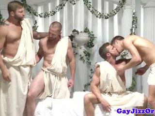 Homosexuální skupina orgie dudes škubání pryč na stejný čas