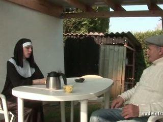 Unge fransk nonne knullet hardt i trekant med papy voyeur