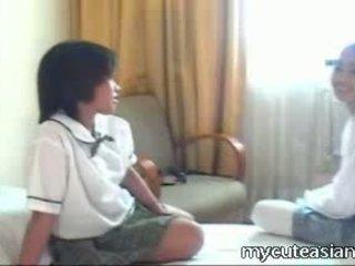 Two pusaudze lesbiete aziāti meitenes jāšanās apkārt