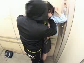 Schoolgirls bajbai în o școală elevator