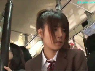 Kantoor dame stimulated met vibrator giving pijpen op haar knees op de bus