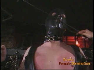 Eccentrico stallone in un maschera enjoys being spanked da an asiatico