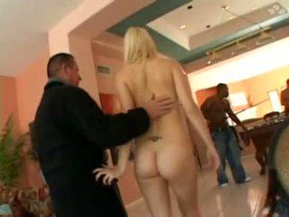 Une jolie blonde se fait déchirer le cul dans un gang bang