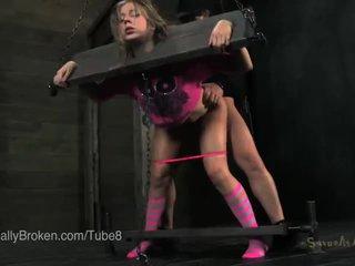 Tenger blondine in stocks en blindfold, zuigen lul