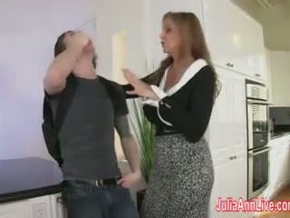Stiefmutter julia ann fucks stepson im arsch!