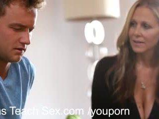Pusaudze pāris gets sekss lessons no karstās māte