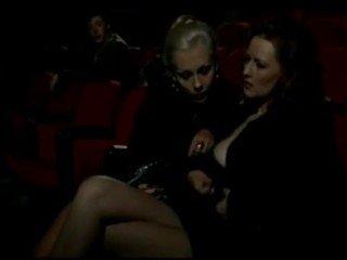 Alduterio italiano due ragazze al kinoteatr