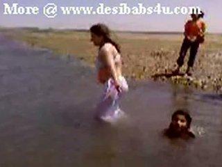 Pakistańskie sindhi karachi aunty nagie river bath