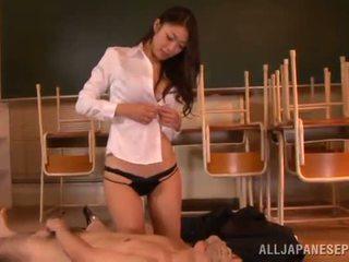 Reiko kobayaka marques dehors nearby son homme et licks son meat bâton