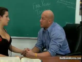 Schoolmeisje slet gives haar poesje naar leraar