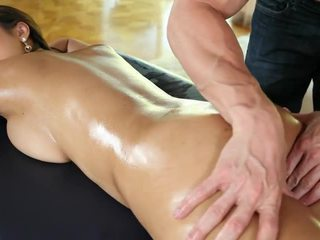 Sexy bodied nu asiática cutie sharon lee gets massaged