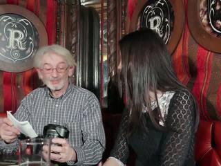 Jovem filha tempting avô com jovem cona sexo