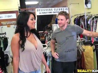 Сексуальна і грудаста belle kiara скаче a pecker