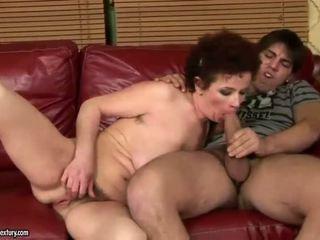 Gjoksmadhe gjyshja qirje me të saj i ri lover