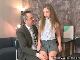 Sara looks taip innocent kai ji walks į the teachers ofisas