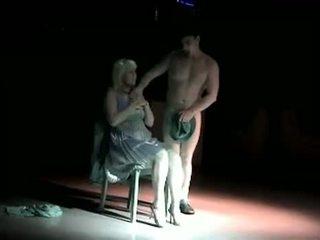 Apģērbta sievete kails vīrietis krievi male stripper posms izstāde