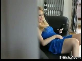 Blondine baby sitter betrapt masturberen
