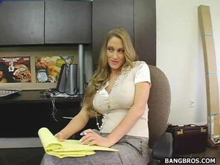 Secratery seducing haar baas