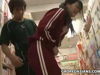 Verlegen school- tiener betast in bookstore