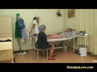 Bestefar babe knulling den sykepleier