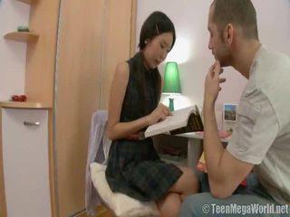 Orientaliska baben doing henne homework