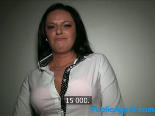 Publicagent rondborstig milf has seks met een stranger voor cash