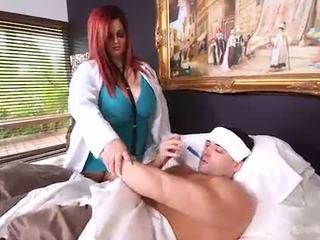 Dögös nagymellű doktor sashaa csöcsök teszi ház calls