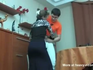 ロシア ママ キャッチ 彼女の 息子 masterbating