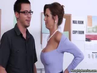 brunette een, grote borsten controleren, een pijpbeurt