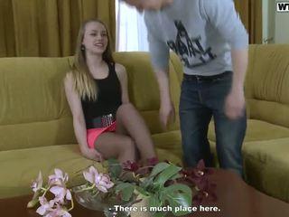 Porno onto o sofá para cumload cumload beside um loira jovem mulher