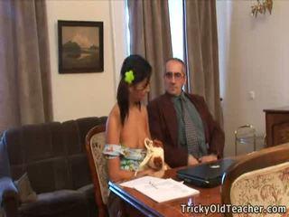 Oud professor eats sappig virgin bearded clam van de slecht student.
