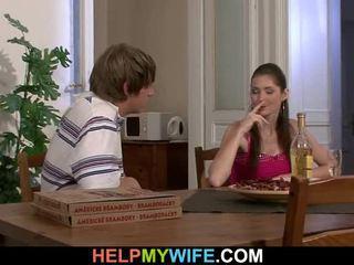قديم رجل pays ل بيتزا شخص إلى bump له teenaged زوجة