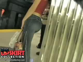 Eu esquerda meu escondido trabalho em o underground e apanhada este gira gaja em apertada jeans