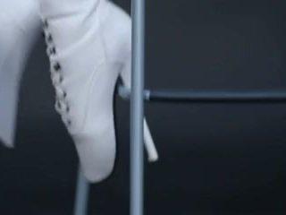 Model në lateks kostum maceje dhe ballet çizme.