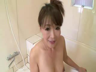 Aziýaly ýaşy ýeten in duş sucks on sik before stimulating herself