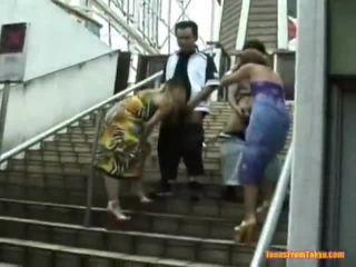 Asiatisch schlag job onto die stairs
