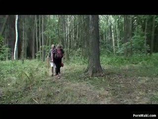 Povekas mummi having hauska sisään the metsä