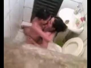 Lesbica beccato in toilette scopata video
