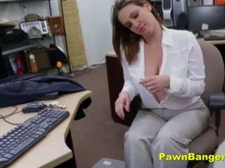 Grande titty mamá sells su tetitas y coño para efectivo