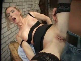 Bossy pierced anaal blondine