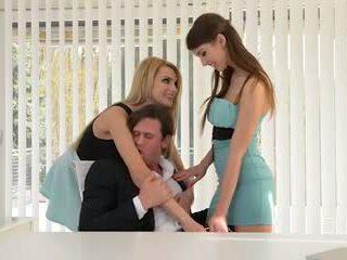 Two secretaries nehmen riesig boss schwanz im die arsch